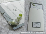 pozivnica sa zelenim i bijelim biserima na izvlačenje s imenima