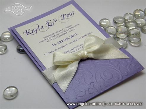 pozivnica za vjenčanje ljubičasta s krem mašnom i 3D uzorkom