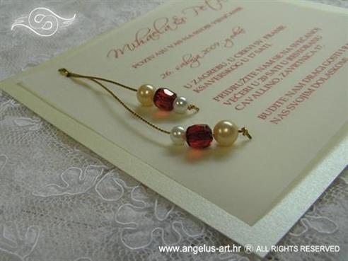 pozivnica za vjenčanje s krem i crvenim perlama