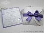 pozivnica za vjenčanje s ljubičastom mašnom i reljefnom strukturom