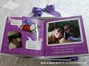 pozivnica za vjenčanje s tiskom u kutiji i ljubičastim ružama