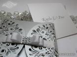 pozivnica za vjencanje s urezanim detaljima na srebrnoj omotnici