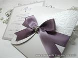 pozivnica za vjencanje u omotnici s reljefnom strukturom i ljubicastom masnom