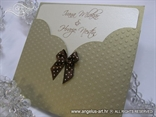 pozivnica za vjencanje u zlatnoj omotnici s malom smedom masnom