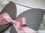 prljavo roza mašna na pozivnici za vjenčanje detalj tiska