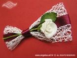 rever i narukvica za goste vjencanja s bijelom ruzom u mrezi