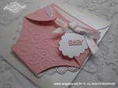 Roza čestitka u obliku pelene s reljefnim tiskom i bijelom satenskom mašnom