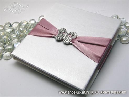 ruzicasta knjigica za vjencano prstenje sa srebrnim leptirom