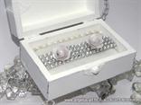 skrinjica za vjencano prstenje dekorirana srebrnom trakom i ruzama