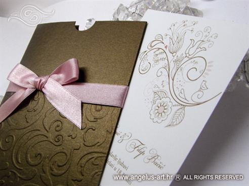 smeđa etui pozivnica za vjenčanje s rozom mašnom i 3D reljefnim uzorkom