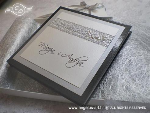 srebrna knjigica za vjenčanje sa srebrnom mrežom i leptirima