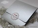 srebrna omotnica s bijelim kartoncicem s imenima mladenaca 5607