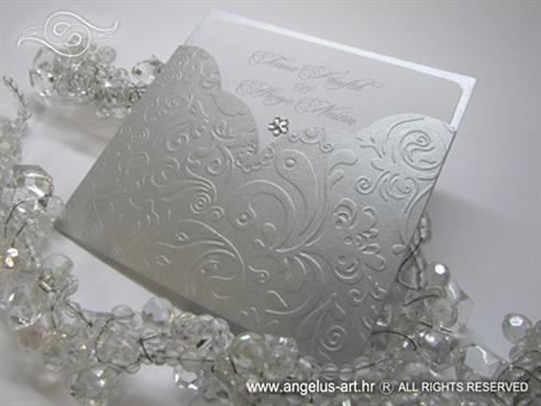 srebrna pozivnica sa strukturom u etui omotnici