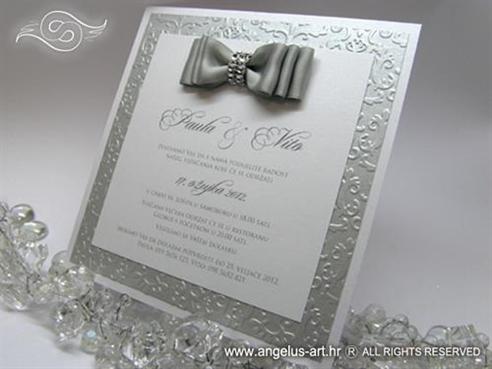 srebrna pozivnica sa trostrukom srebrnom satenskom masnom