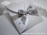 srebrna pozivnica u bijeloj perlastoj omotnici na rasklapanje