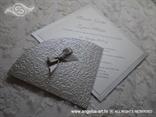 srebrna pozivnica u obliku dijamanta sa srebrnom mašnicom
