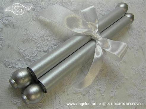srebrna pozivnica za krstenje zarolana kao svitak