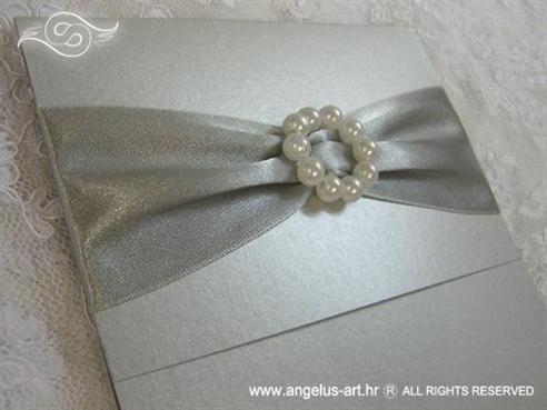 srebrna pozivnica za vjenčanje s brošem od bijelih perlica