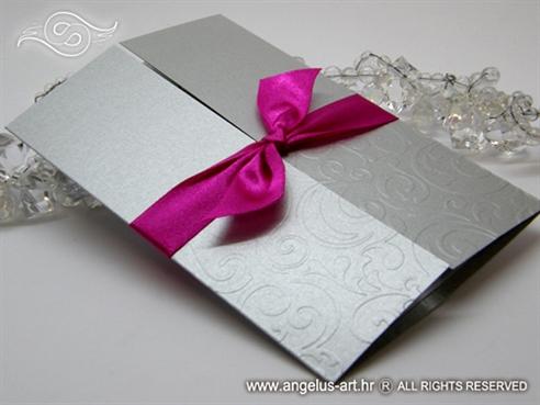 srebrna pozivnica za vjenčanje s fuksija mašnom i 3D uzorkom