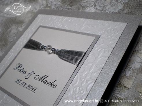 srebrna pozivnica za vjenčanje s perlicama i blindruckom