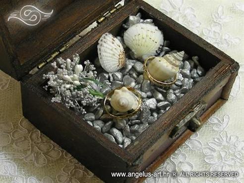 srebrna škrinjica za vjenčano prstenje sa školjkama