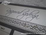 srebrni raspored gostiju za vjenčanje sa srebrnom mrežastom trakom i leptirima