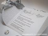 srebrno bijela pozivnica s mašnicom i tiskom teksta