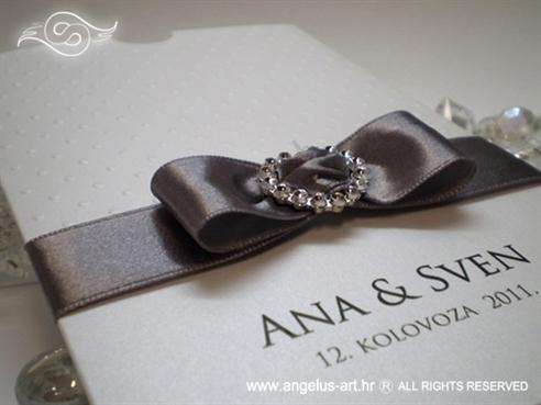 srebrno bijela zahvalnica za vjenčanje s brošem srce i točkicama