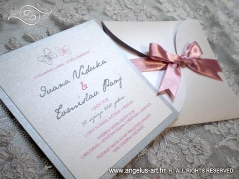 srebrno roza pozivnica za vjenčanje u bijeloj omotnici
