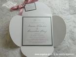 srebrno ružičasta pozivnica s mašnicom i kartončićem