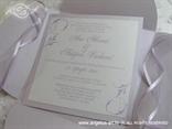 svijetlo ljubičasta pozivnica u omotnici s mašnom