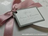 tamno srebrna pozivnica s leptirima i rozom trakom