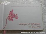 tisak u unutrašnjost roze knjige gostiju