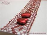 zahvalnica s bordo čipkom i crvenim srcima