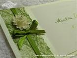 zelena pozivnica s mašnicom i cvijetom detalj