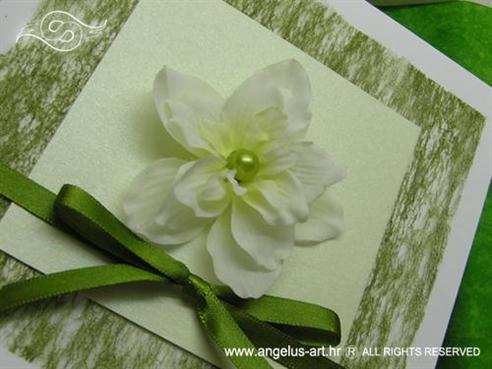 zelena pozivnica za vjenčanje s cvijetom u kutiji