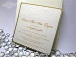 zlatna pozivnica za vjencanje s reljefnom strukturom ruza